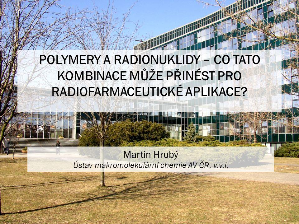 Ionizující záření Záření, které má natolik vysokou energii, že je schopno ionizovat a excitovat absorbující hmotu - původně neutrální atomy a molekuly Ionizující záření Alfajádra helia, krátký dolet, radioterapie Beta mínuselektrony, dolet mm, radioterapie Beta pluspozitrony, dolet mm, PET zobrazování Gamafotony vzniklé při jaderných přeměnách, dolet cm, scintigrafie, radioterapie, SPECT zobrazování RTG zářenízobrazování, CT