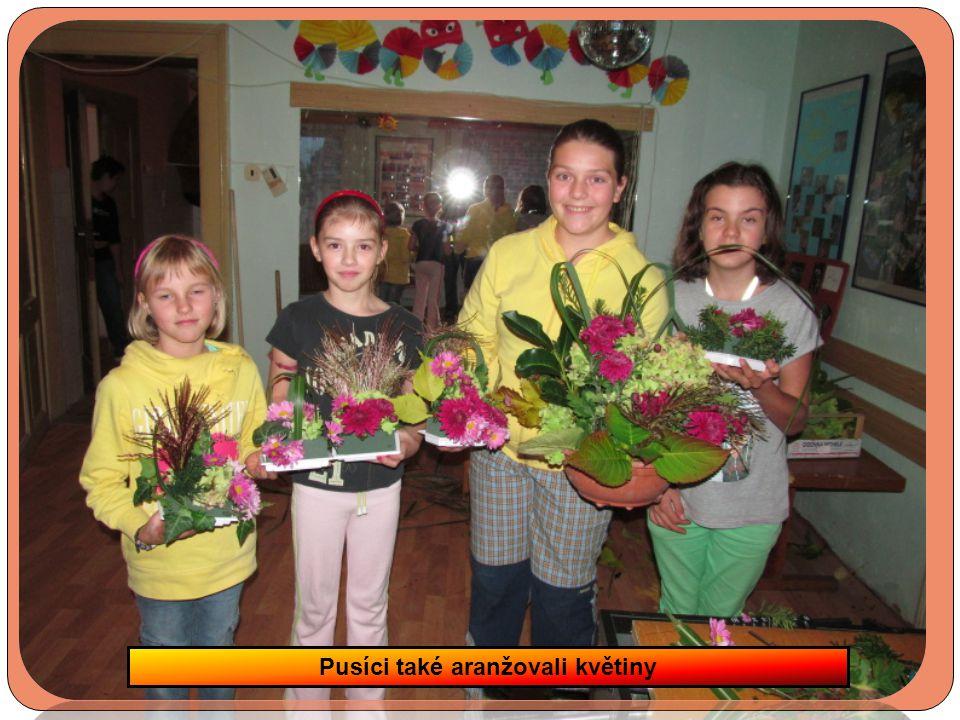 Pusíci také aranžovali květiny