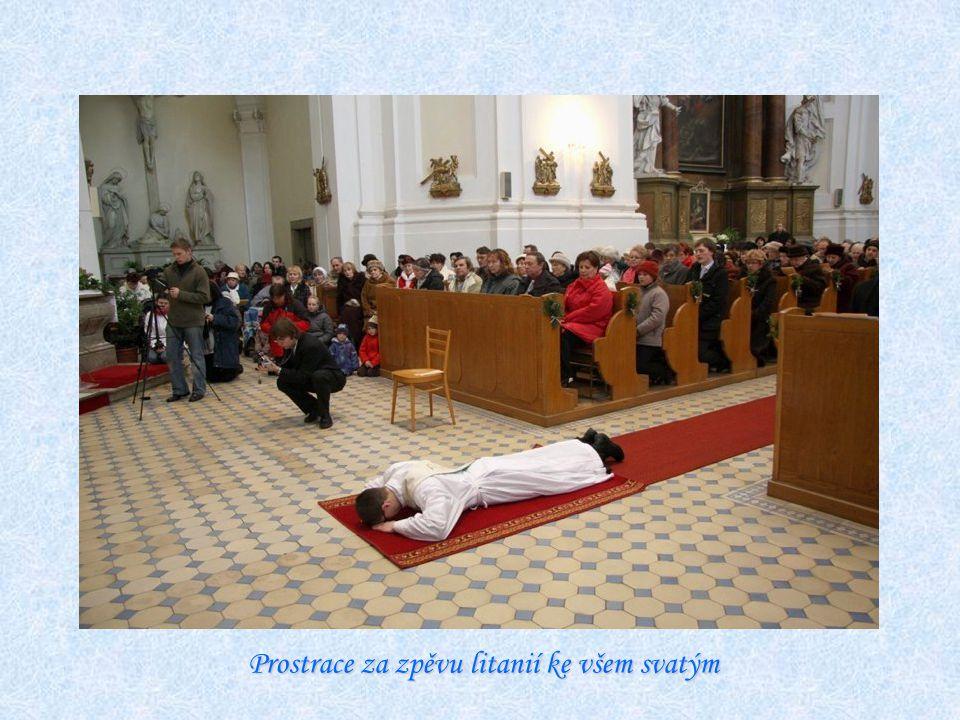 Prostrace za zpěvu litanií ke všem svatým