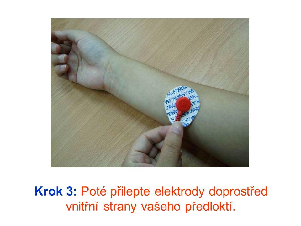 Poznámka: Ujistěte se, že červená elektroda je na vaší pravé ruce a modrá elektroda je na vaší levé ruce.