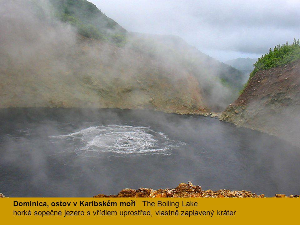 Dominica, ostov v Karibském moři The Boiling Lake horké sopečné jezero s vřídlem uprostřed, vlastně zaplavený kráter