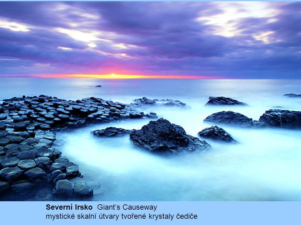 Severní Irsko Giant's Causeway mystické skalní útvary tvořené krystaly čediče