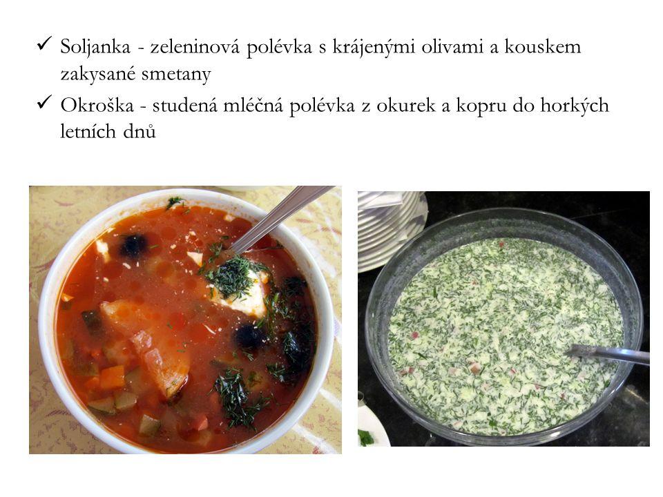 Soljanka - zeleninová polévka s krájenými olivami a kouskem zakysané smetany