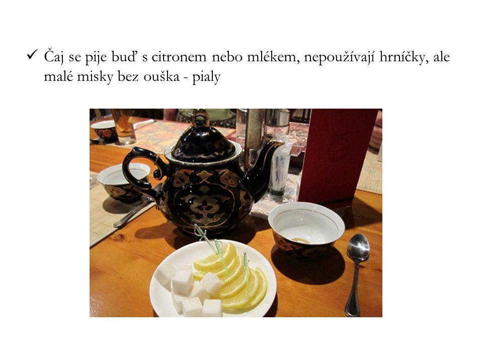 Čaj se pije buď s citronem nebo mlékem, nepoužívají hrníčky, ale malé misky bez ouška - pialy