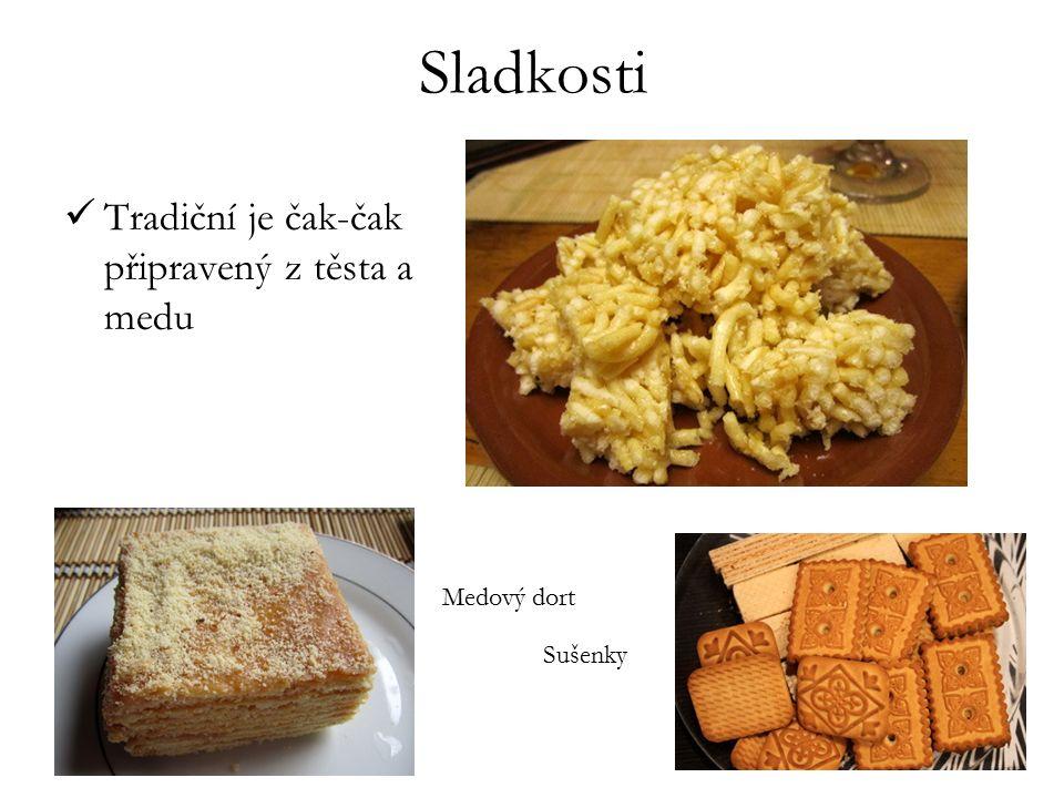 Sladkosti Tradiční je čak-čak připravený z těsta a medu Medový dort