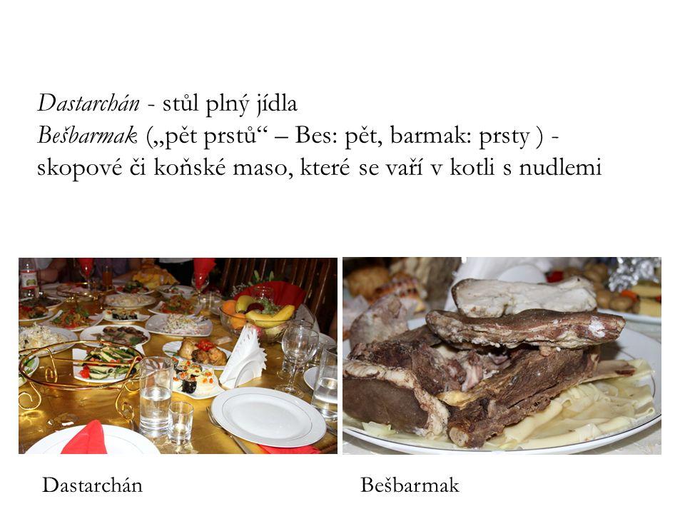"""Dastarchán - stůl plný jídla Bešbarmak (""""pět prstů – Bes: pět, barmak: prsty ) - skopové či koňské maso, které se vaří v kotli s nudlemi"""