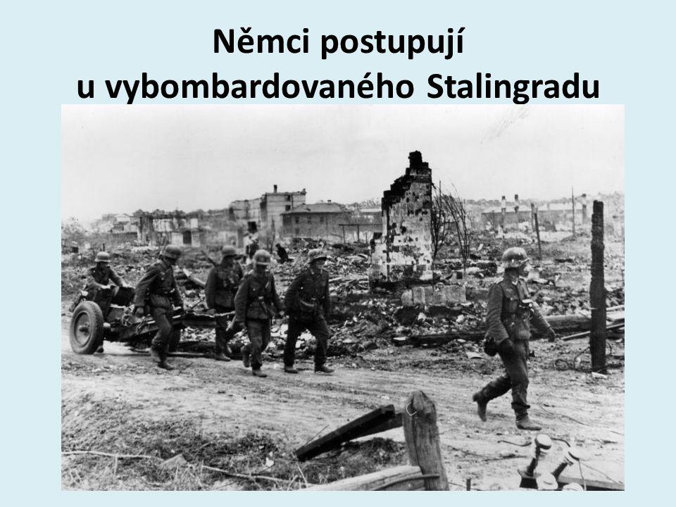 Němci postupují u vybombardovaného Stalingradu