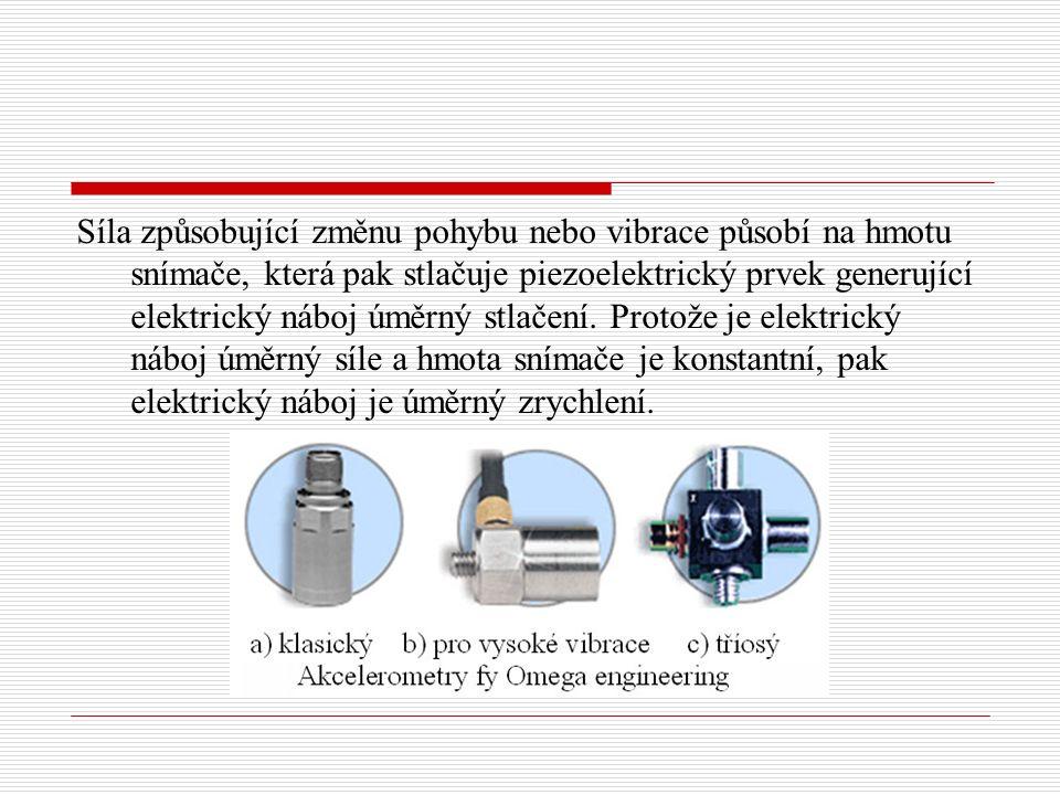 Síla způsobující změnu pohybu nebo vibrace působí na hmotu snímače, která pak stlačuje piezoelektrický prvek generující elektrický náboj úměrný stlačení.