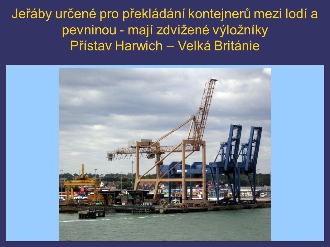 Jeřáby určené pro překládání kontejnerů mezi lodí a pevninou - mají zdvižené výložníky Přístav Harwich – Velká Británie