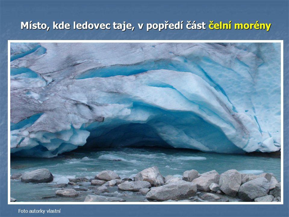 Místo, kde ledovec taje, v popředí část čelní morény