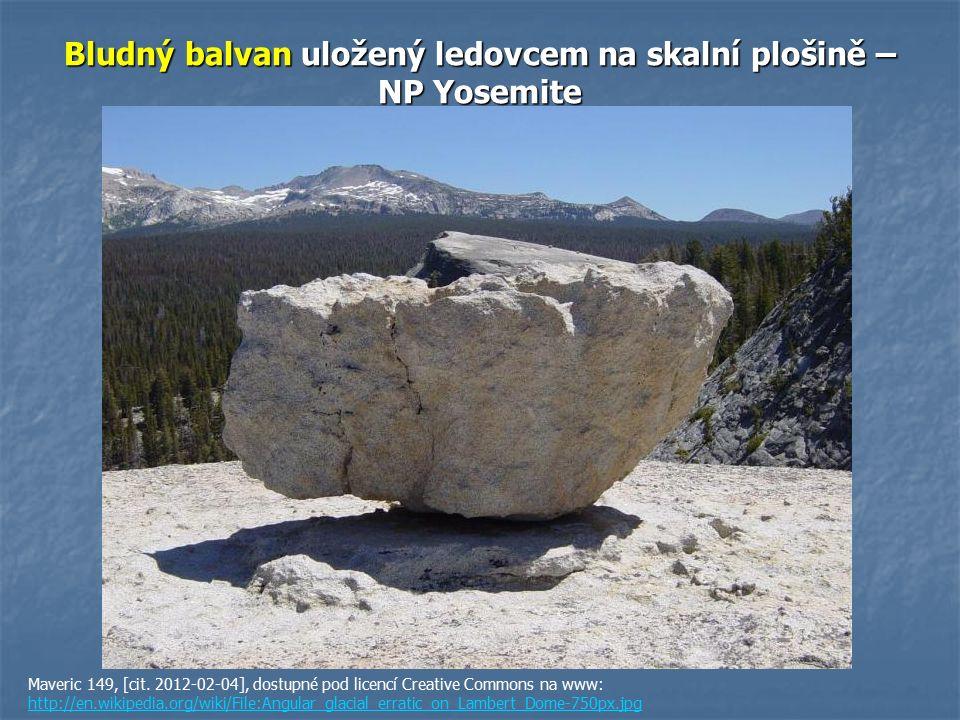 Bludný balvan uložený ledovcem na skalní plošině – NP Yosemite