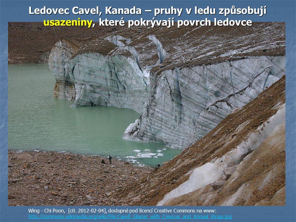Ledovec Cavel, Kanada – pruhy v ledu způsobují usazeniny, které pokrývají povrch ledovce