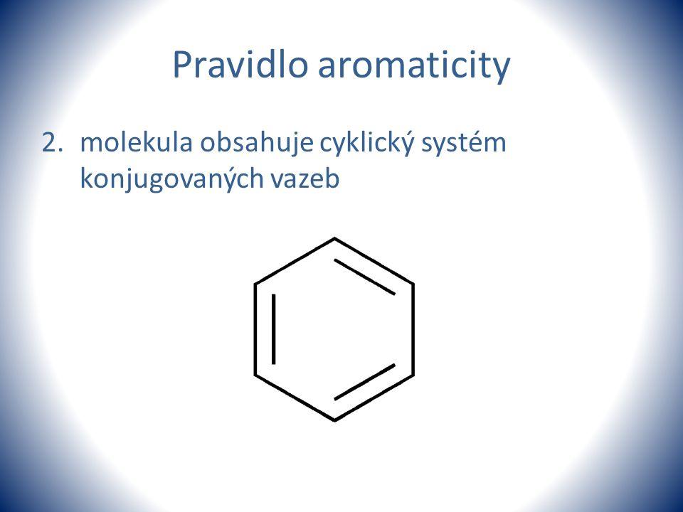 Pravidlo aromaticity molekula obsahuje cyklický systém konjugovaných vazeb.