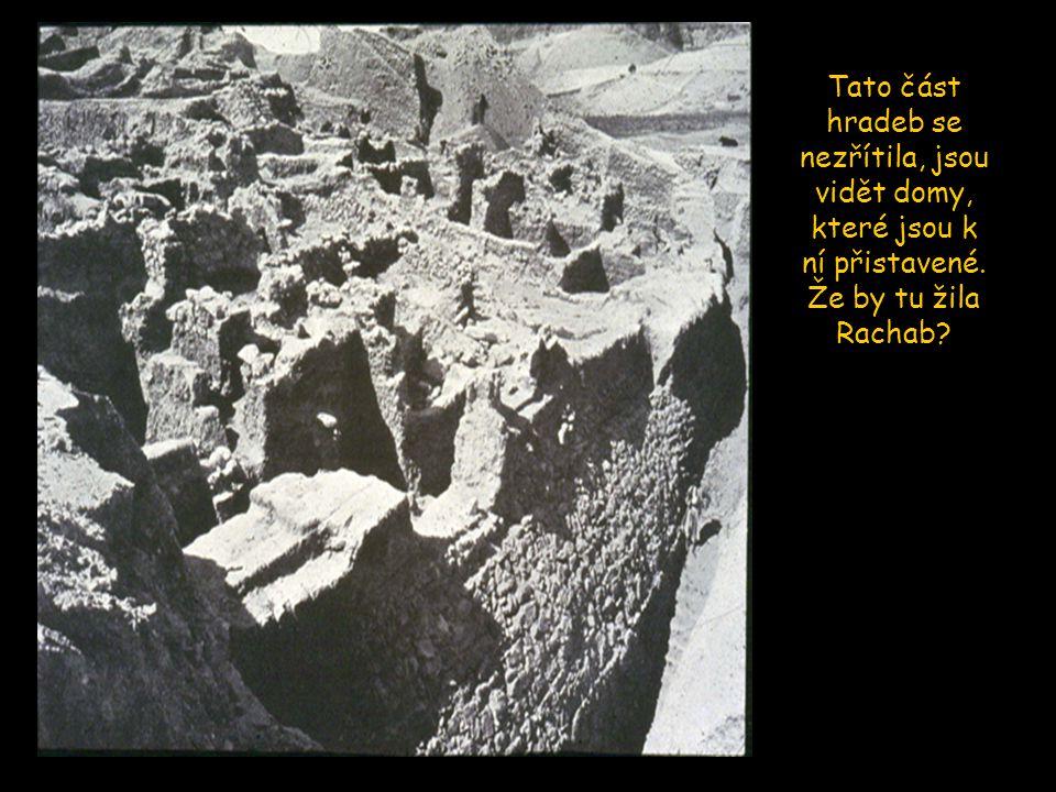 Tato část hradeb se nezřítila, jsou vidět domy, které jsou k ní přistavené. Že by tu žila Rachab