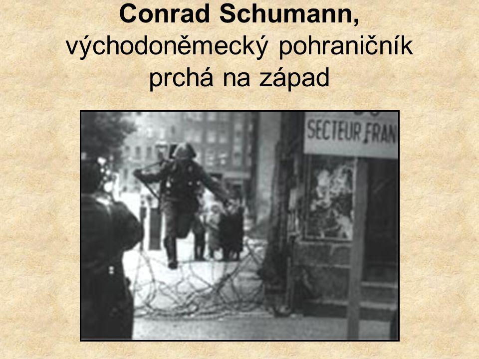 Conrad Schumann, východoněmecký pohraničník prchá na západ