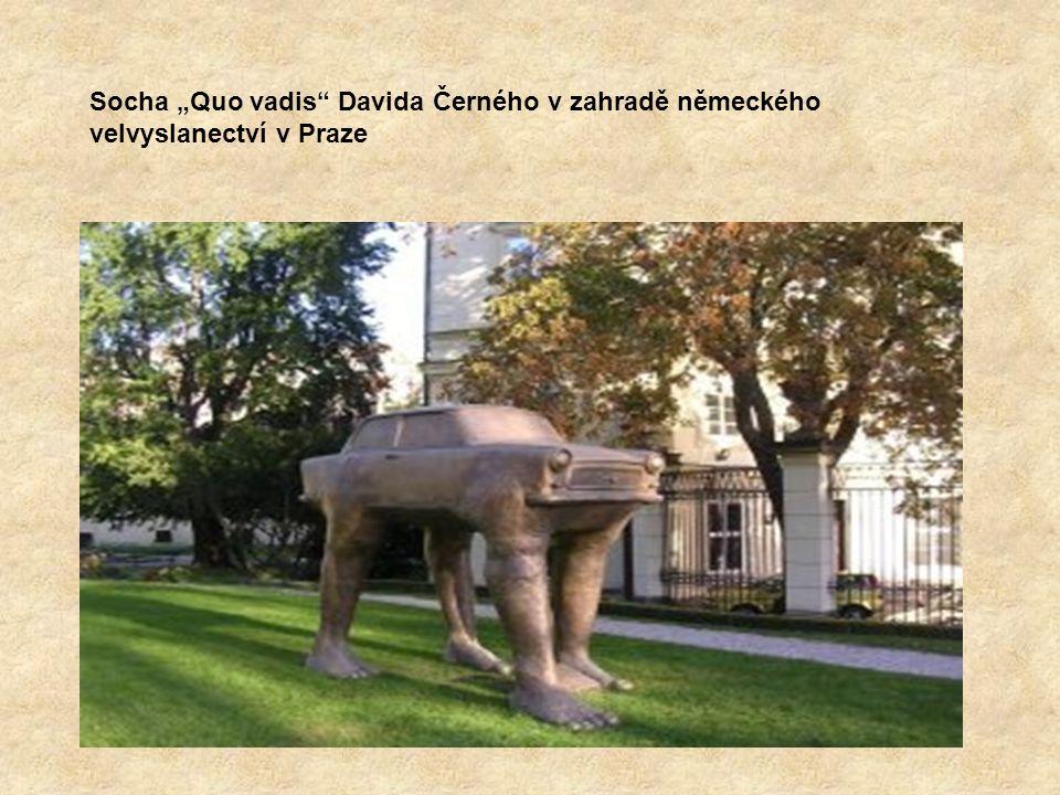 """Socha """"Quo vadis Davida Černého v zahradě německého velvyslanectví v Praze"""