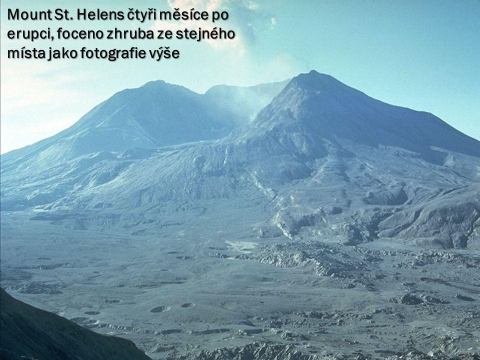 Mount St. Helens čtyři měsíce po erupci, foceno zhruba ze stejného místa jako fotografie výše