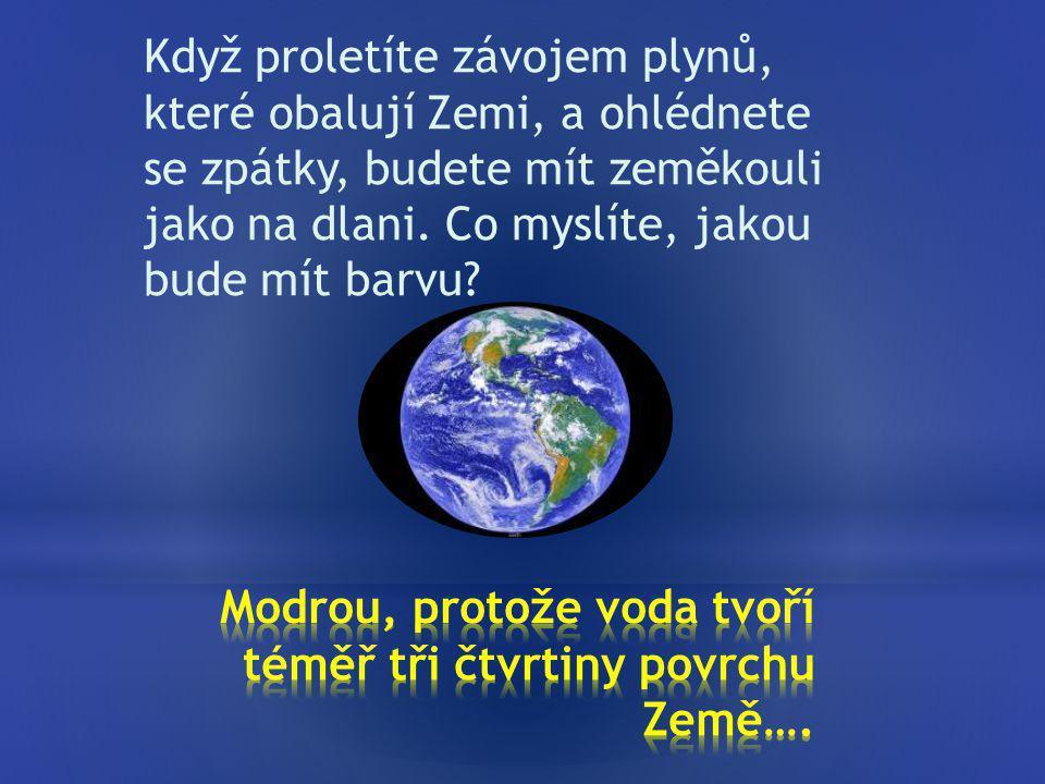 Modrou, protože voda tvoří téměř tři čtvrtiny povrchu Země….