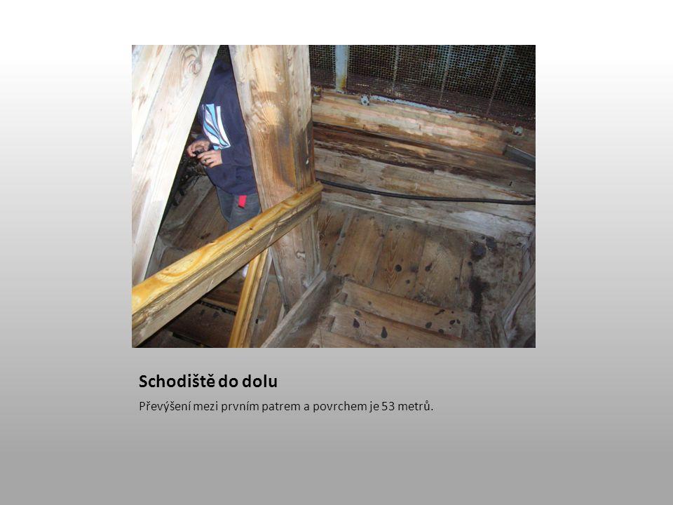 Schodiště do dolu Převýšení mezi prvním patrem a povrchem je 53 metrů.