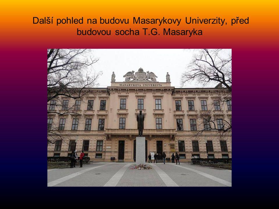 Další pohled na budovu Masarykovy Univerzity, před budovou socha T. G