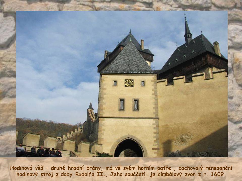 Hodinová věž – druhé hradní brány, má ve svém horním patře , zachovalý renesanční hodinový stroj z doby Rudolfa II., Jeho součástí je cimbálový zvon z r.