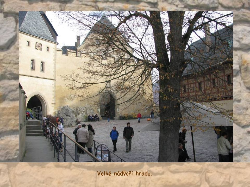Velké nádvoří hradu.