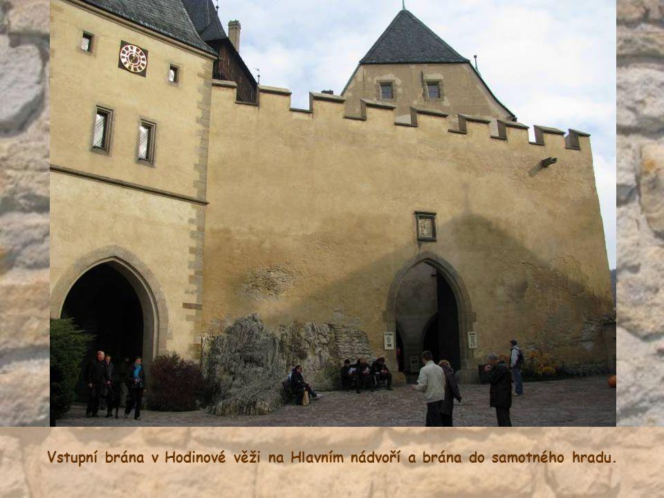 Vstupní brána v Hodinové věži na Hlavním nádvoří a brána do samotného hradu.