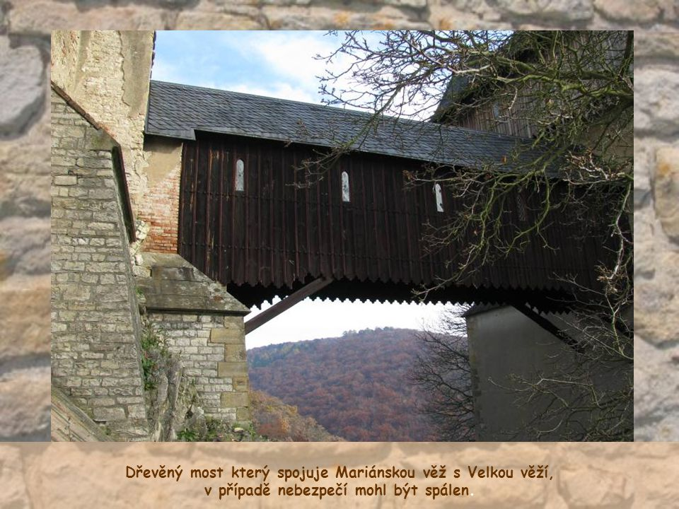 Dřevěný most který spojuje Mariánskou věž s Velkou věží,