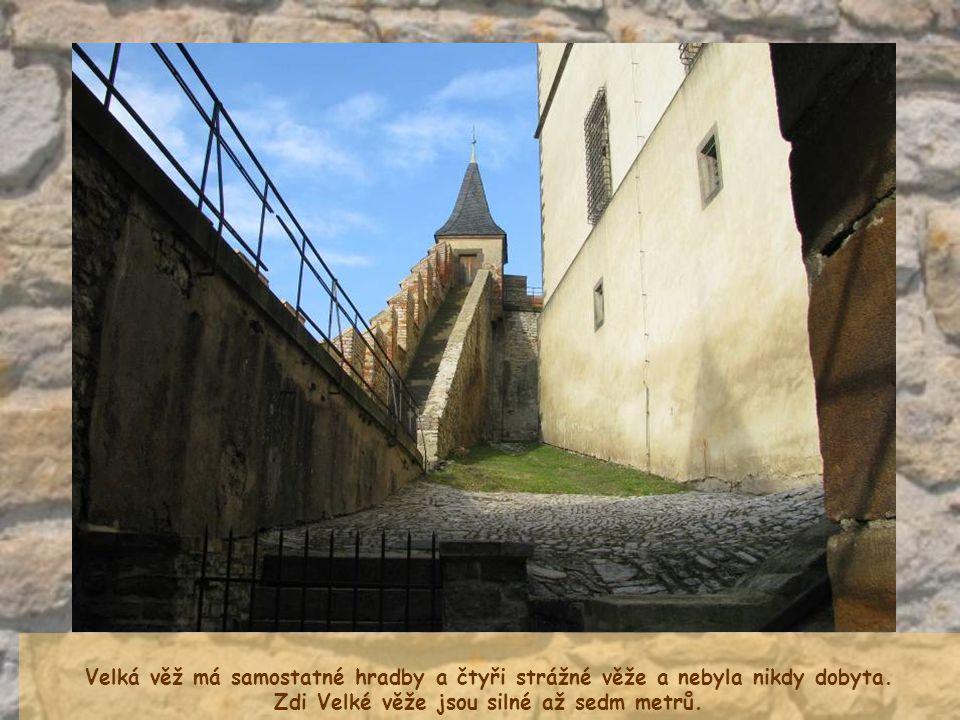 Zdi Velké věže jsou silné až sedm metrů.
