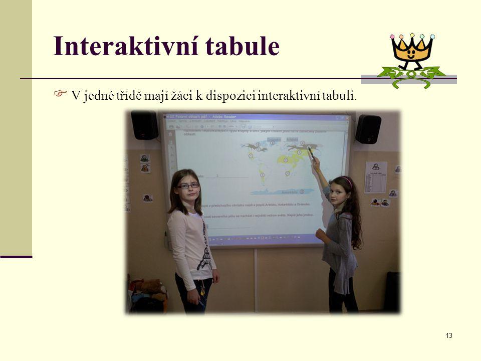 Interaktivní tabule V jedné třídě mají žáci k dispozici interaktivní tabuli.