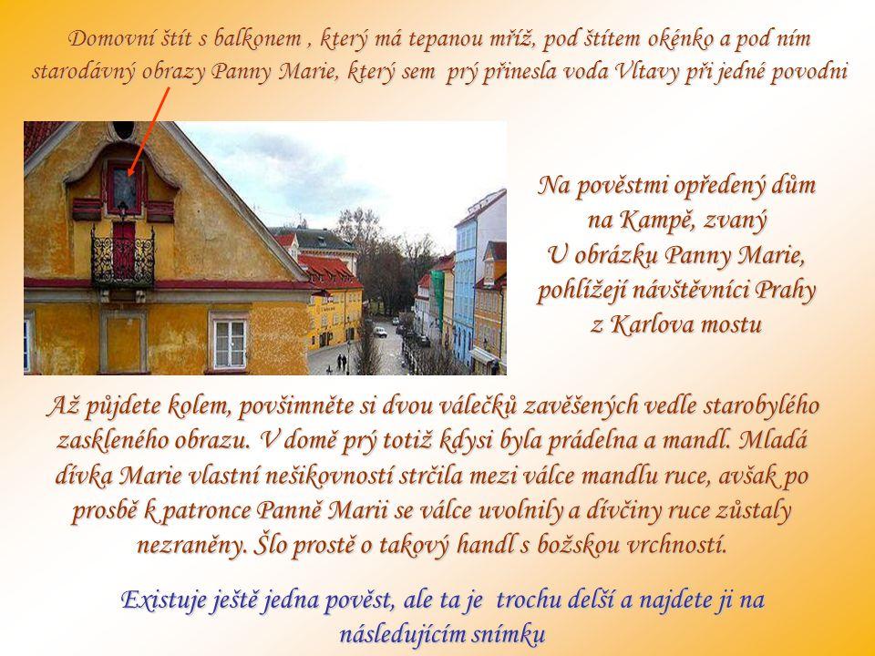 Domovní štít s balkonem , který má tepanou mříž, pod štítem okénko a pod ním starodávný obrazy Panny Marie, který sem prý přinesla voda Vltavy při jedné povodni