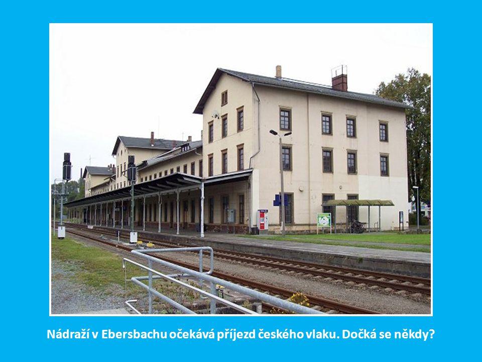 Nádraží v Ebersbachu očekává příjezd českého vlaku. Dočká se někdy