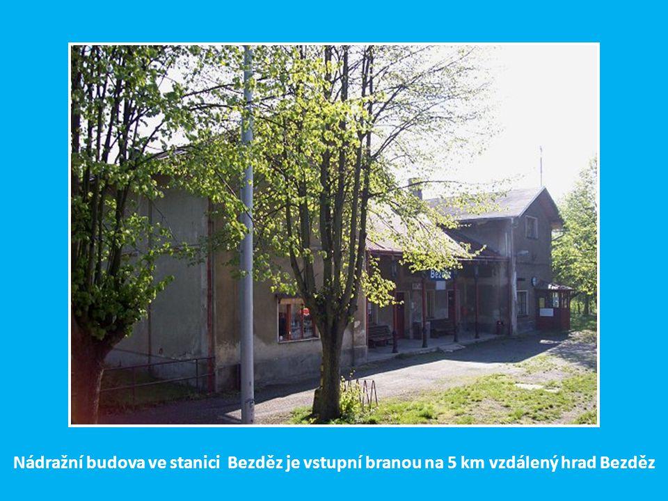 Nádražní budova ve stanici Bezděz je vstupní branou na 5 km vzdálený hrad Bezděz