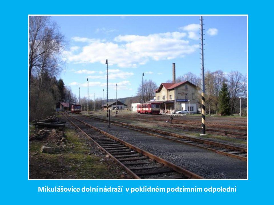 Mikulášovice dolní nádraží v poklidném podzimním odpoledni