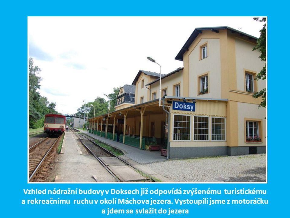 Vzhled nádražní budovy v Doksech již odpovídá zvýšenému turistickému a rekreačnímu ruchu v okolí Máchova jezera.