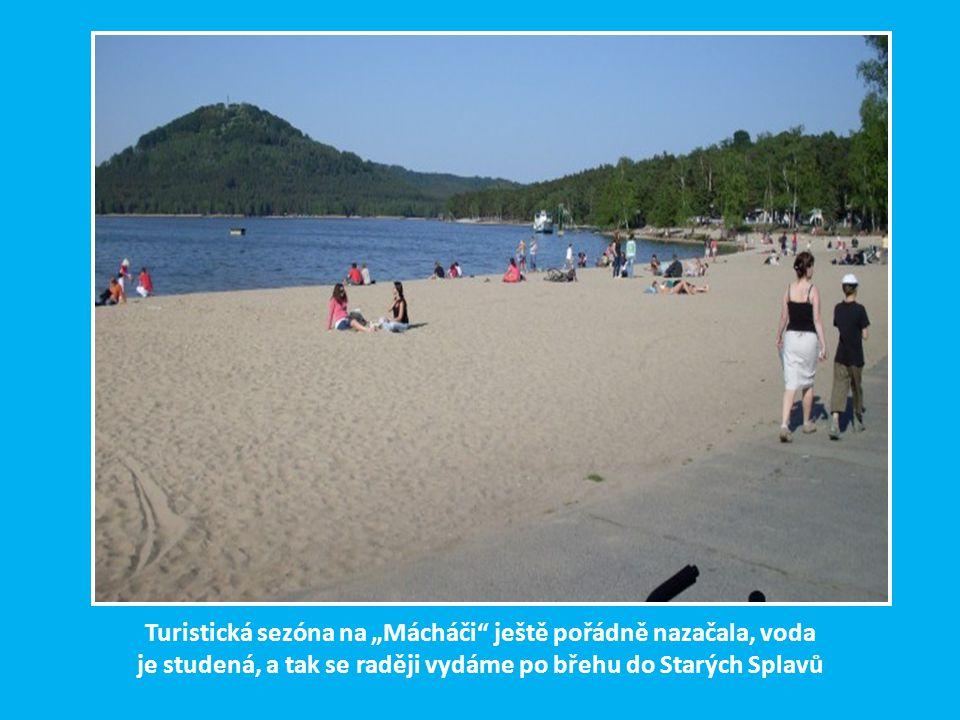 """Turistická sezóna na """"Mácháči ještě pořádně nazačala, voda je studená, a tak se raději vydáme po břehu do Starých Splavů"""