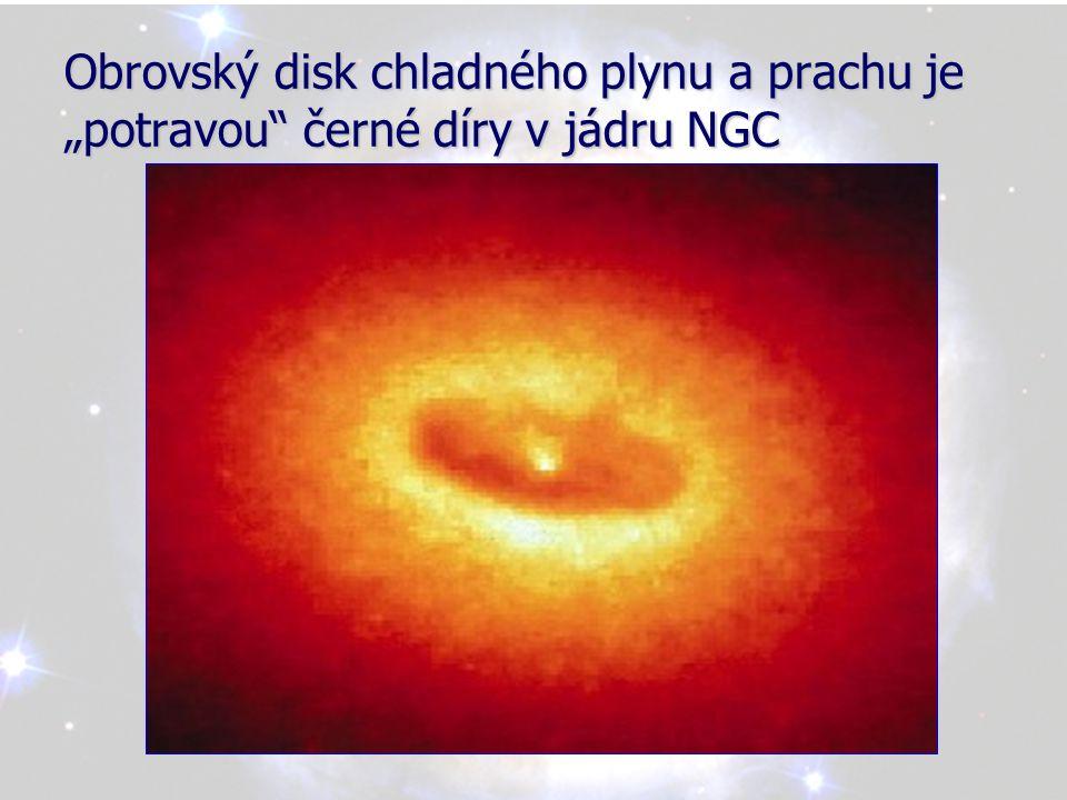 """Obrovský disk chladného plynu a prachu je """"potravou černé díry v jádru NGC"""