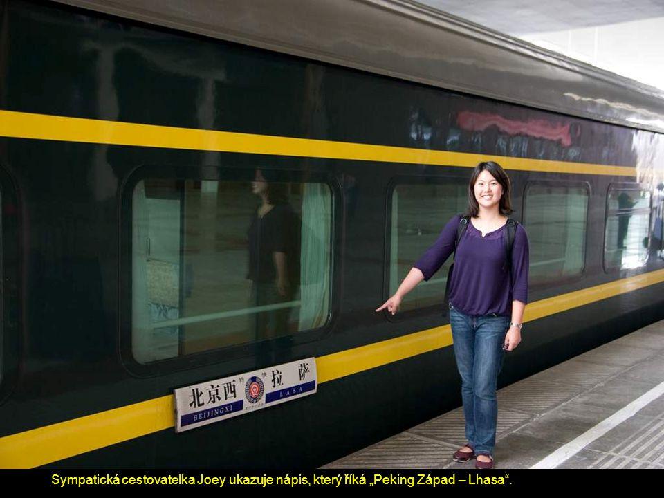 """Sympatická cestovatelka Joey ukazuje nápis, který říká """"Peking Západ – Lhasa ."""