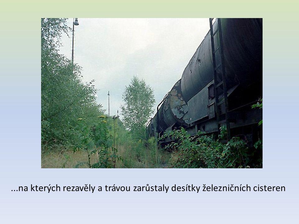 ...na kterých rezavěly a trávou zarůstaly desítky železničních cisteren