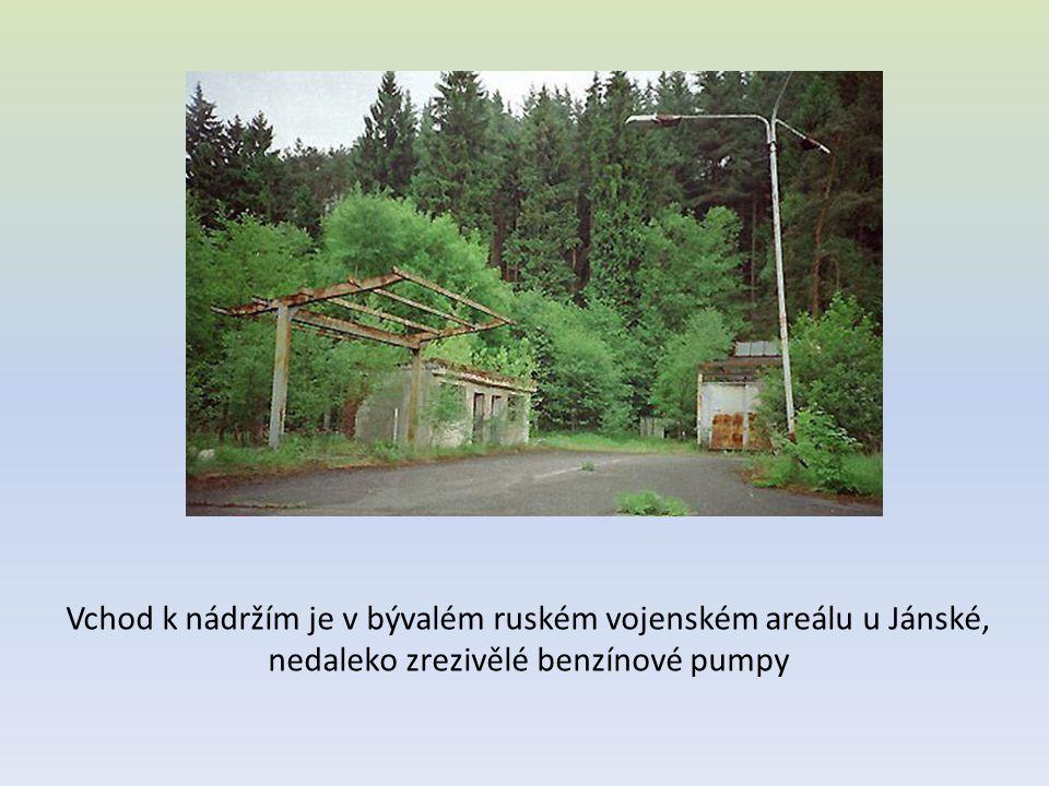 Vchod k nádržím je v bývalém ruském vojenském areálu u Jánské,
