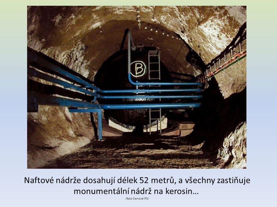 Naftové nádrže dosahují délek 52 metrů, a všechny zastiňuje monumentální nádrž na kerosin… /foto členové IPS/