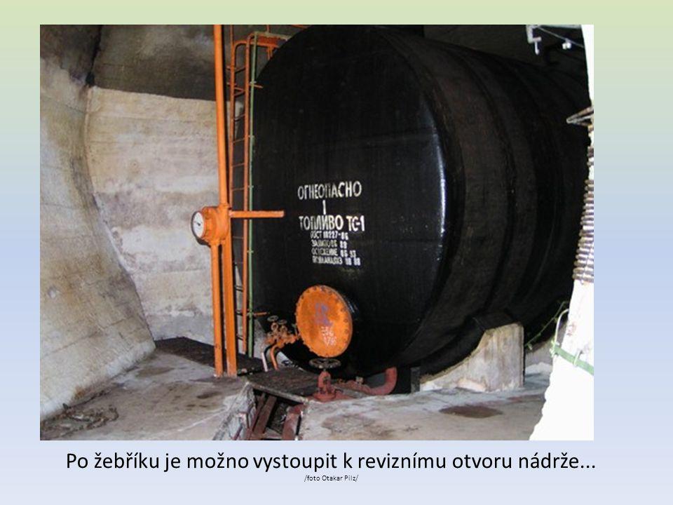 Po žebříku je možno vystoupit k reviznímu otvoru nádrže