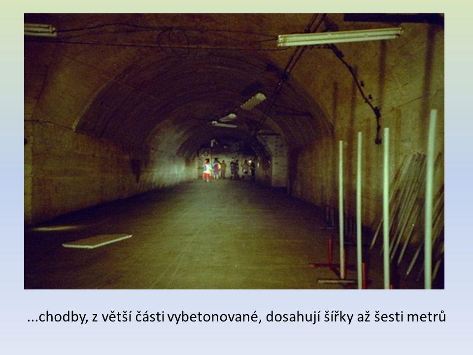 ...chodby, z větší části vybetonované, dosahují šířky až šesti metrů