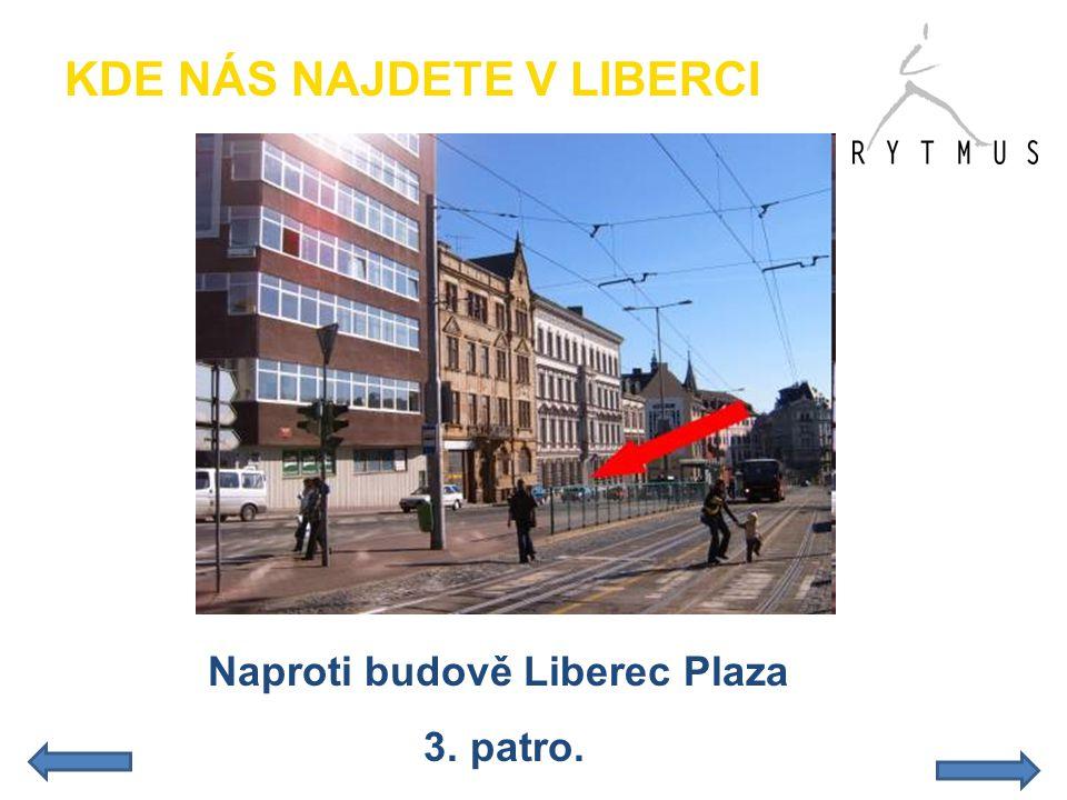 Naproti budově Liberec Plaza