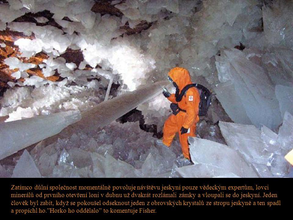 Zatímco důlní společnost momentálně povoluje návštěvu jeskyní pouze vědeckým expertům, lovci minerálů od prvního otevření loni v dubnu už dvakrát rozlámali zámky a vloupali se do jeskyní.