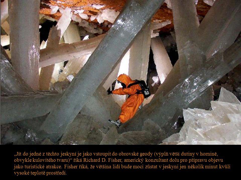 """""""Jít do jedné z těchto jeskyní je jako vstoupit do obrovské geody (výplň větší dutiny v hornině, obvykle kulovitého tvaru) říká Richard D."""