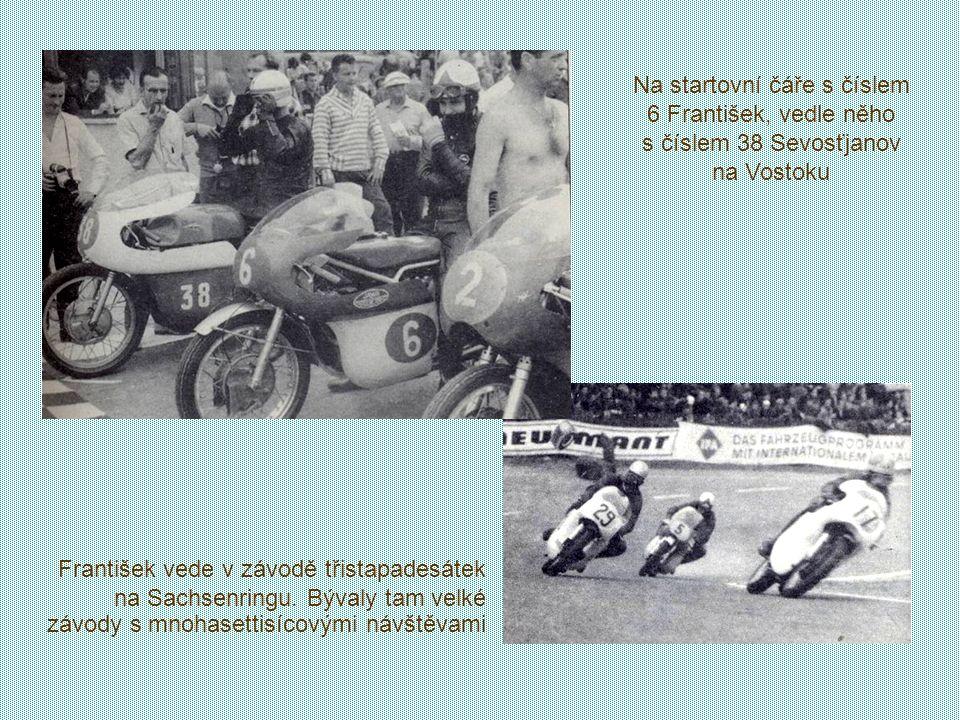 Na startovní čáře s číslem 6 František, vedle něho s číslem 38 Sevosťjanov na Vostoku