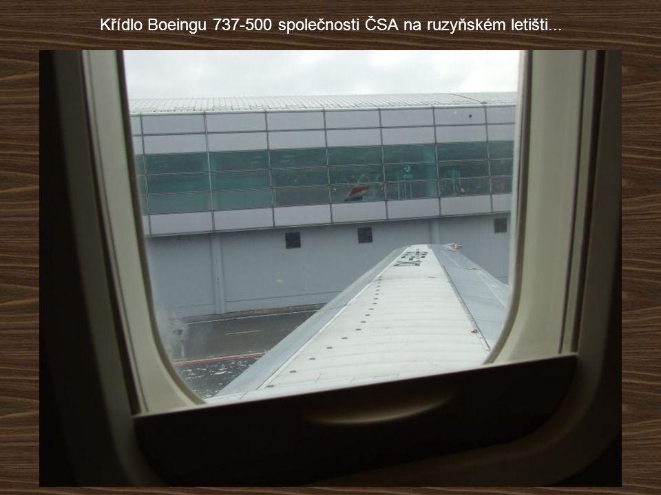 Křídlo Boeingu 737-500 společnosti ČSA na ruzyňském letišti...