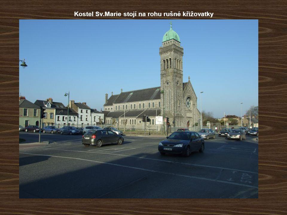 Kostel Sv.Marie stojí na rohu rušné křižovatky