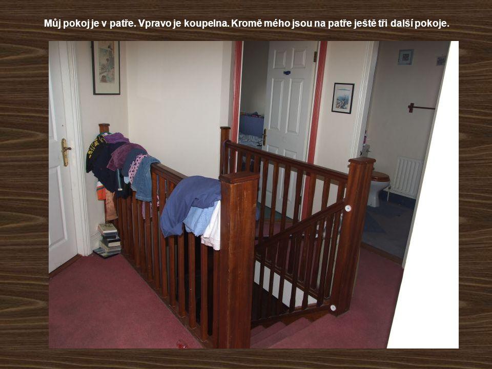 Můj pokoj je v patře. Vpravo je koupelna
